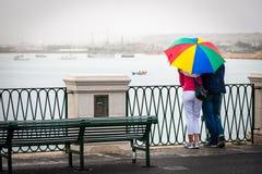 Пары с зонтиком покрашенным радугой Стоковое Изображение