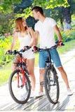 Пары с их велосипедами стоковые изображения rf