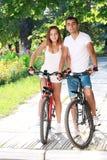 Пары с их велосипедами стоковая фотография rf