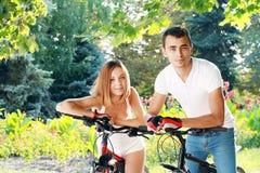 Пары с их велосипедами стоковое фото rf