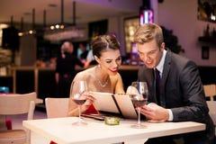 Пары с карточкой меню Стоковая Фотография RF