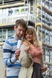 Пары с ключами на фронте нового современного дома Стоковые Фотографии RF