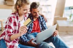 Пары с компьтер-книжкой и кредитной карточкой Стоковая Фотография RF