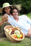 Пары с корзиной плодоовощ Стоковое Изображение