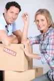 Пары с коробками стоковое фото