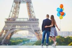 Пары с красочными воздушными шарами около Эйфелевой башни Стоковые Изображения