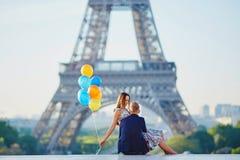 Пары с красочными воздушными шарами около Эйфелевой башни Стоковое фото RF