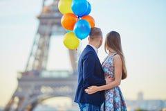 Пары с красочными воздушными шарами около Эйфелевой башни Стоковые Фото