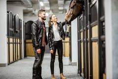 Пары с лошадью в конюшне стоковое фото rf