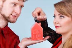 Пары с меньшими домом и серебряной монетой Стоковая Фотография