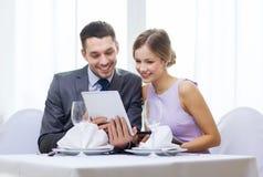 Пары с меню на ПК таблетки на ресторане Стоковое Фото