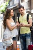 Пары с навигатором и багажем GPS Стоковое Изображение RF