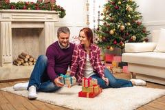 Пары с подарками на рождество Стоковая Фотография RF