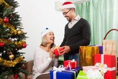 Пары с подарками на рождество Стоковые Фотографии RF