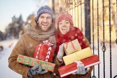 Пары с подарками на рождество Стоковое фото RF