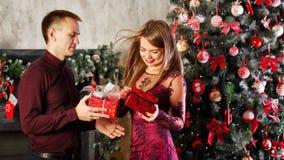 Пары с подарками для рождества Стоковая Фотография