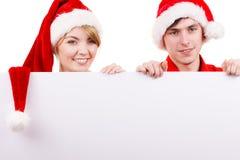 Пары с пустой пустой доской знамени Рождество Стоковые Фотографии RF