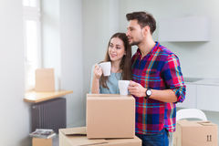 Пары с распакованными коробками в новом доме Стоковая Фотография