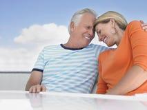 Пары с рукой вокруг на яхте стоковое фото rf
