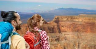 Пары с рюкзаками над гранд-каньоном Стоковое Фото