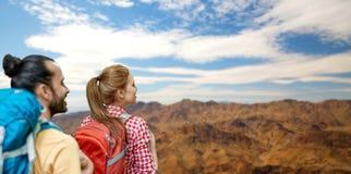 Пары с рюкзаками над гранд-каньоном Стоковые Фотографии RF