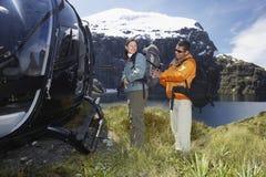 Пары с рюкзаком вертолетом на ландшафте стоковое изображение rf