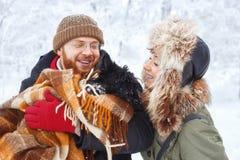 Пары с собакой в зиме Стоковое Изображение RF