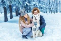 Пары с собакой в зиме Стоковые Изображения