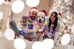 Пары с собакой на ` s Eve Нового Года Стоковая Фотография RF