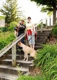 Пары с собакой стоковое изображение