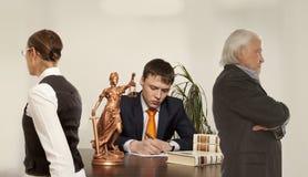 Пары с сочинительством судьи на столе в суде Стоковое Изображение