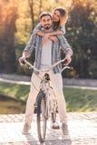 Пары с тандемным велосипедом Стоковые Изображения RF