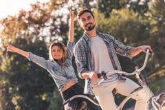 Пары с тандемным велосипедом Стоковое Изображение