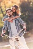 Пары с тандемным велосипедом Стоковые Изображения