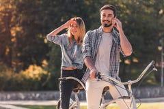 Пары с тандемным велосипедом Стоковые Фотографии RF