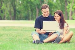Пары с тетрадью Стоковая Фотография RF