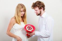 Пары с цветками пука конфеты Любовь Стоковые Изображения