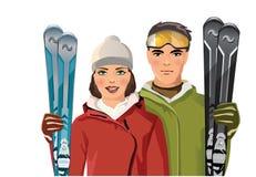 Пары с лыжами в горе Стоковые Фотографии RF
