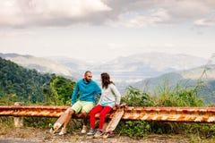 Пары с longboard и скейтбордом путешествуют в tropcis Азии Стоковая Фотография