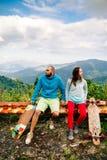 Пары с longboard и скейтбордом путешествуют в tropcis Азии Стоковое Изображение RF