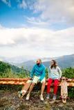 Пары с longboard и скейтбордом путешествуют в tropcis Азии Стоковое фото RF
