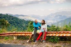 Пары с longboard и скейтбордом путешествуют в tropcis Азии Стоковая Фотография RF