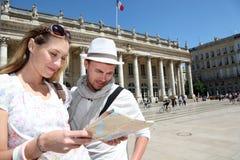 Пары с touristic посещением карты Стоковое Фото
