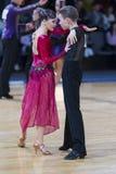Пары танца на латино-американской программе Youth-2 стоковые изображения
