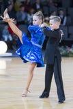 Пары танца на латино-американской программе Youth-2 стоковые фотографии rf