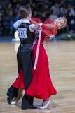Пары танца на программе европейского стандарта Youth-2 стоковые фото