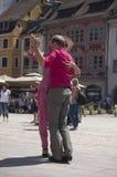 Пары танцоров танго на главным образом месте с другими танцорами на фестивале танго весны Стоковые Фотографии RF
