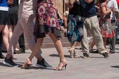Пары танцоров танго на главным образом месте с другими танцорами на фестивале танго весны Стоковая Фотография