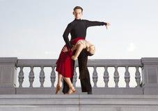 Пары танцоров танцуя бальный зал Стоковые Изображения