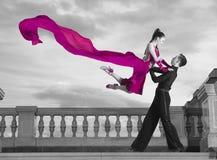 Пары танцоров танцуя бальный зал Стоковые Фотографии RF